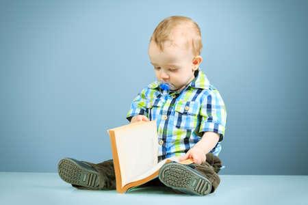 Portret van een prachtige baby met een boek