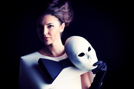 Art photo de mode d'une femme magnifique dans la robe de la tenue de papier masque de théâtre. Noir et blanc. Banque d'images - 20633722