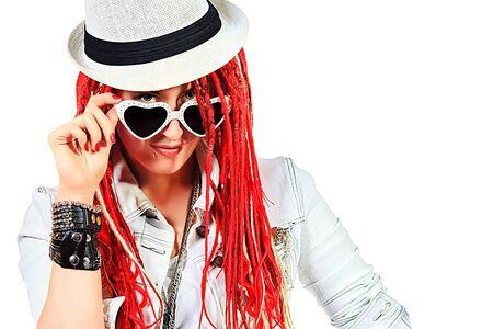 素晴らしい赤いドレッドロックスと表現力豊かな女の子のロック歌手。白で隔離されました。 写真素材