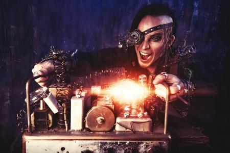 Portret van een steampunk man over grunge achtergrond. Stockfoto
