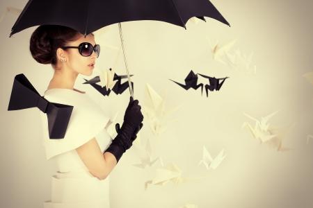紙でゴージャスな女性の美術ファッション写真のドレスします。黒と白。