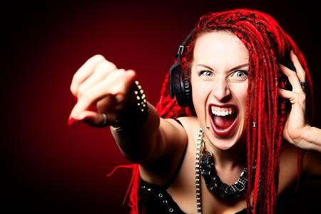 Expresivo ni?a cantante de rock con gran rastas rojas. Foto de archivo - 21212012