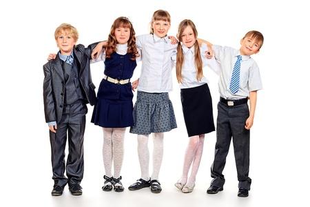 Groep gelukkige studenten staan samen. Onderwijs. Geïsoleerde over witte achtergrond.