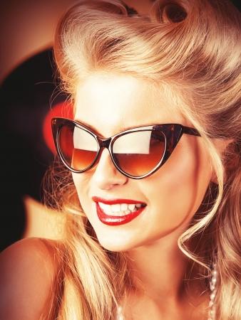 レトロなヘアスタイルとメイクアップ魅力的なピンまで女性の肖像画。