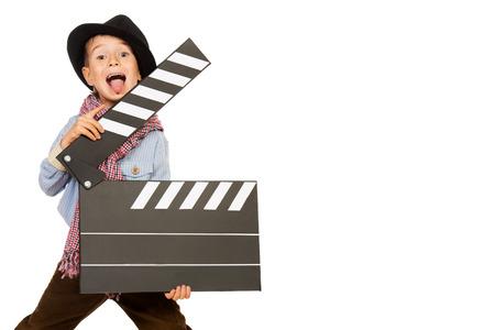 Fröhlich Junge hält Filmklappe. Verschiedene Berufe. Isolierte über weiß.