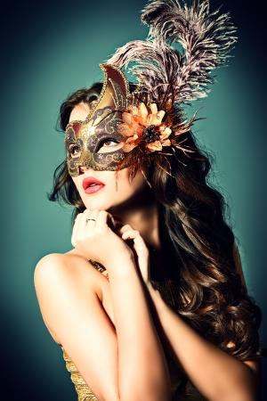 カーニバル マスクで美しい若い女性の肖像画。ヴィンテージ