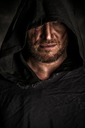 Portret van een moedige strijder zwerver in een zwarte mantel