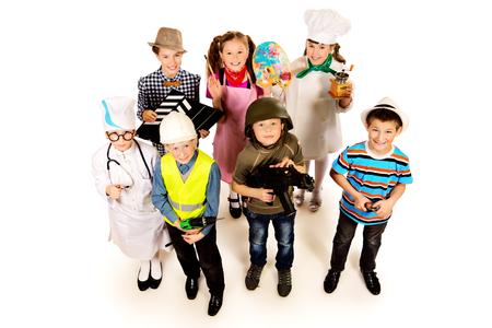 Een groep kinderen gekleed in kostuums van verschillende beroepen. Geïsoleerde over wit. Stockfoto