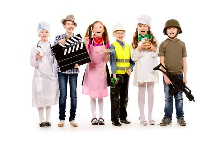 Un grupo de niños vestidos con trajes de diferentes profesiones. Aislado en blanco. Foto de archivo - 25372342