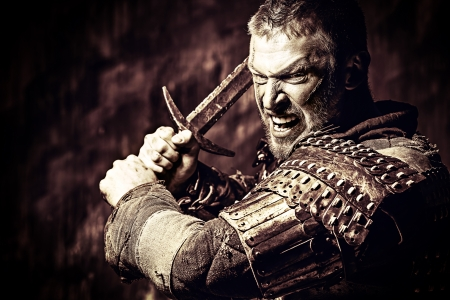칼과 갑옷에 용기 고대 전사의 초상화.