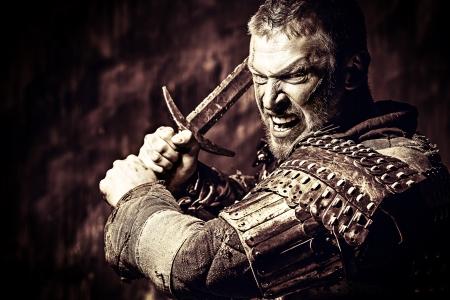 Ritratto di un antico guerriero coraggioso in armatura con la spada. Archivio Fotografico - 25565154