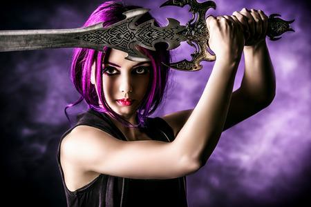 Mooi meisje krijger met een zwaard staan in de strijd tegen houding. Anime. Fantasie.