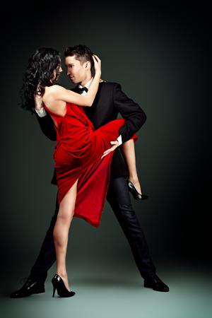 사랑의 춤을 열정적 인 춤 아름 다운 젊은 부부. 스튜디오 촬영.