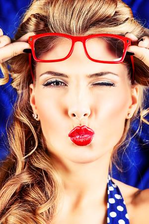 Charming Pin-up-Frau mit Retro-Frisur und Make-up einen Kuss senden. Standard-Bild - 26174002
