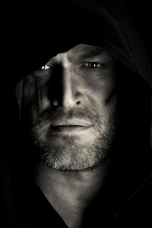 黒マントの勇敢な戦士の放浪者の肖像画。歴史的なファンタジー。ハロウィーン。黒と白の写真。