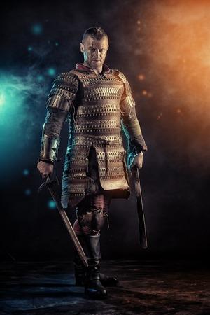 칼과 갑옷의 용기있는 고대 전사의 초상화.