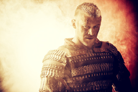 Portret van een moedige oude krijger in harnas. Stockfoto