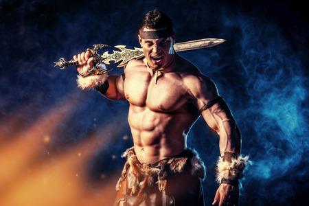 칼을 잘 생긴 근육 고대 전사의 초상화.