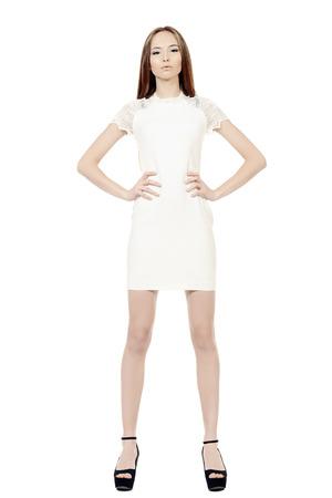 9e55b50ade Foto de archivo - Retrato de cuerpo entero de una hermosa niña en el vestido  blanco con el pelo magnífico tiempo. Aislado en blanco.