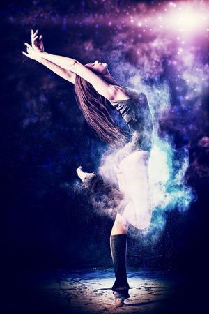 美しい表現ベレット ダンサーの踊りのスタジオで。粉体の写真撮影。