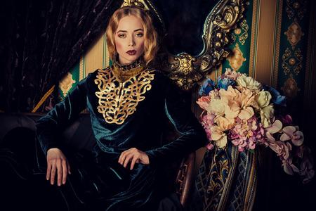 palacio ruso: Preciosa modelo en un vestido histórica rica.
