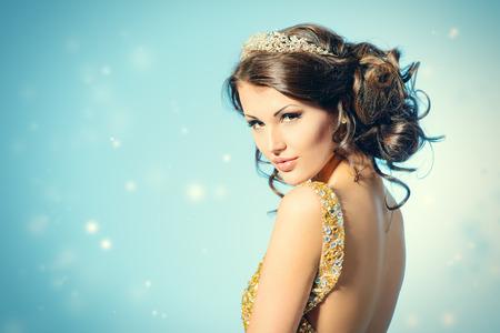 고급스러운 황금 드레스 멋진 여자의 초상화. 스톡 콘텐츠