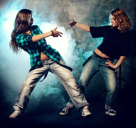 Modern bailarines de hip-hop sobre el fondo del grunge. , Estilo disco Urban.