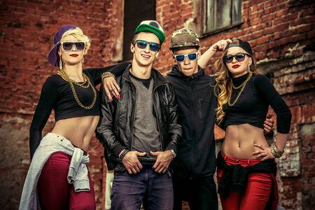 Grupo de gente moderna jóvenes que presentan junto con la diversión. Forma de vida urbana. Generación de Hip-hop.