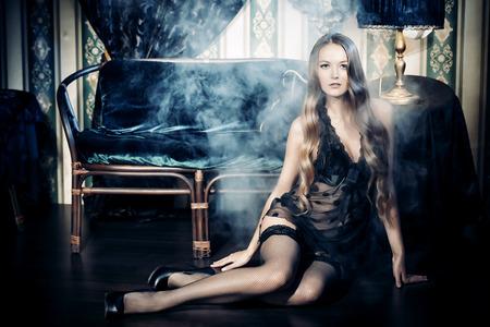 cuerpos desnudos: Atractivo seductora mujer joven en ropa interior sexy. Interior de la vendimia.