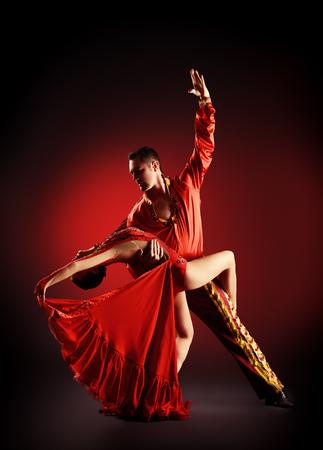 プロのダンサーはラテン系のダンスを実行します。情熱と表現。 写真素材