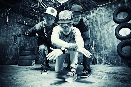 Grupo de chicos cool pasar el rato en el garaje. Del estilo de Hip-hop.