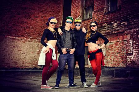 Groep van jonge moderne mensen poseren samen met plezier. Stedelijke levensstijl. Hip-hop generatie. Stockfoto