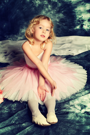 빈티지 배경 위에 포즈 투투 예쁜 소녀 발레리나.