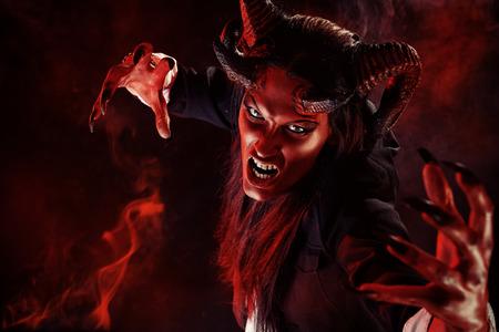 角を持つ悪魔の肖像画。ファンタジー。アート プロジェクト。