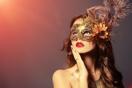 カーニバル マスクの美しい若い女性のクローズ アップの肖像画。ヴィンテージ 写真素材