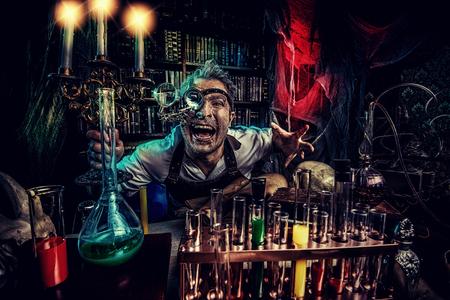 彼の研究室で働いて狂気中世の科学者の肖像画。錬金術師。ハロウィーン。