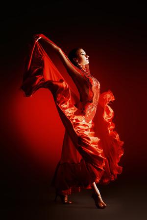 美しいの専門のダンサーはラテン系のダンスを実行します。情熱と表現。 写真素材 - 31256443