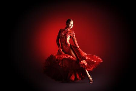 美しいの専門のダンサーはラテン系のダンスを実行します。情熱と表現。