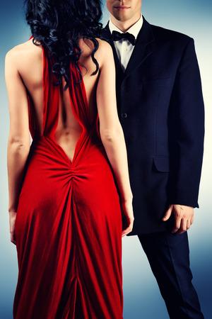 스튜디오에서 포즈 이브닝 드레스를 입고 아름 다운 젊은 부부 사랑. 패션.