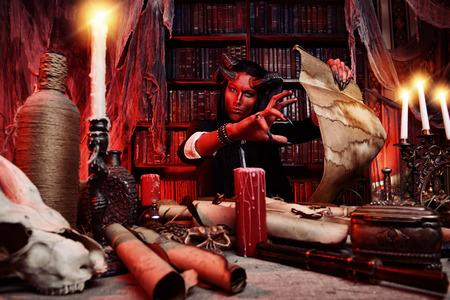 彼の家に角のある悪魔。ファンタジー。古代のスタイルです。ハロウィーン。