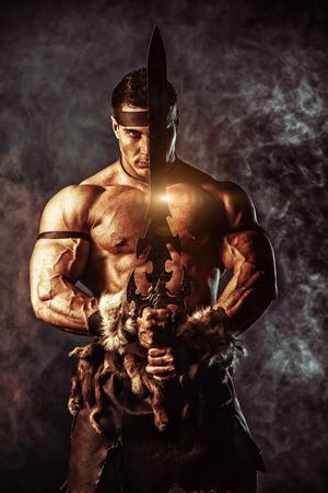 剣でハンサムな筋肉古代戦士の肖像画。