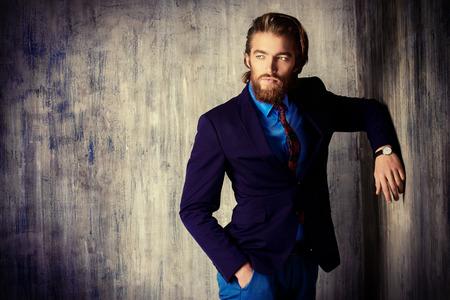 Portret van een respectabele knappe man in een pak. Herenmode.