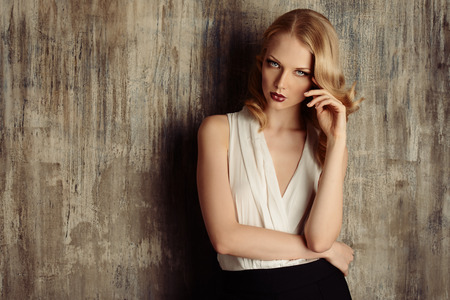 Fashion shot van een glamoureuze blonde vrouw met retro make-up en kapsel.
