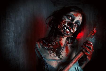 Scary bloedige zombie meisje met een bijl. Halloween. Stockfoto - 32814570