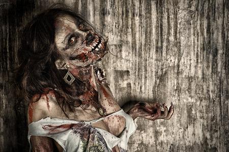 Close-up portret van een enge bloedige zombie meisje. Horror. Halloween.