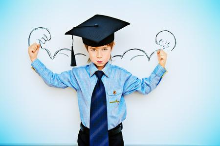스마트 소년은 지식의 힘을 표현하는 교실에서 화이트 보드에 의해 스탠드. 교육 개념입니다. 공간을 복사합니다. 스톡 콘텐츠 - 33150246
