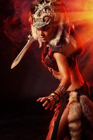 Mooie oorlogszuchtige Amazon met een zwaard in de strijd. Oudheid. Fantasie. Stockfoto
