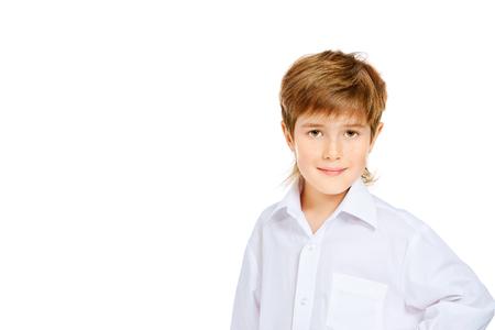 51bc4b5d4f4166  33907248 - Portret van 7-jarige jongen in wit overhemd. Geïsoleerd over  witte achtergrond.