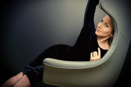 アール ヌーボー様式で椅子に座って美しいファッショナブルなモデルの肖像画。ビジネス、エレガントな女性実業家。インテリア、家具。