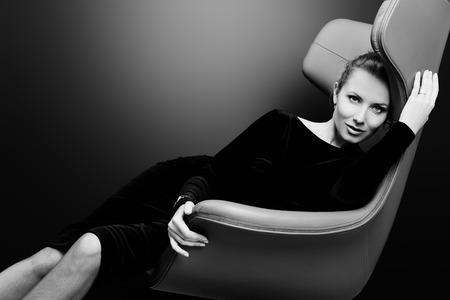 아르누보 스타일의 의자에 앉아 멋진 패션 모델의 초상화입니다. 비즈니스, 우아한 사업가. 간, 가구. 스톡 콘텐츠